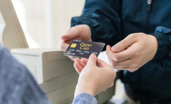 ■撮影用の施設を利用したイメージ写真です。■クレジットカードは撮影用の小道具です。