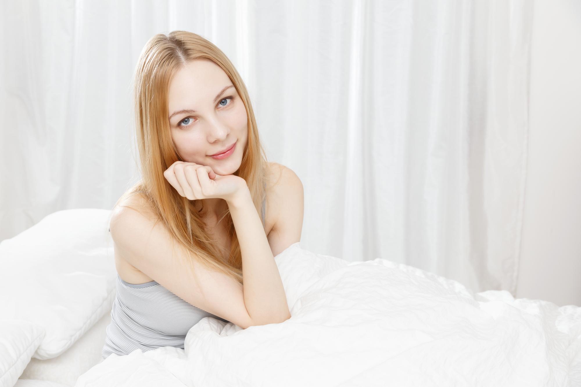 寝室の白人女性